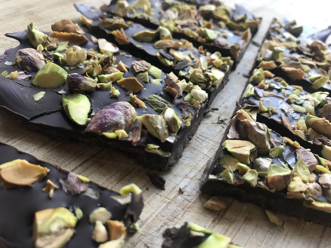 How to make your own healthy 3-ingredient pistachio chocolate bar